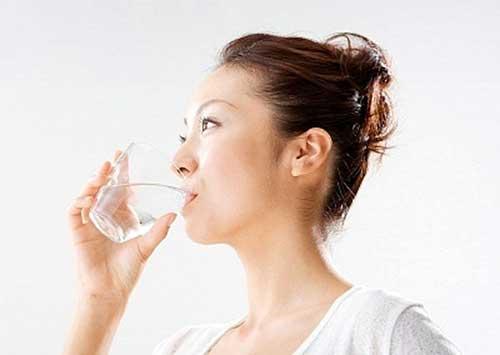 Uống nhiều nước là một bí quyết trị mụn hiệu quả